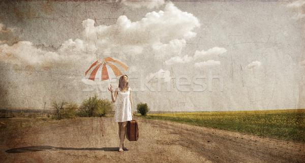 Stock fotó: Magányos · lány · bőrönd · esernyő · vidéki · út · fotó