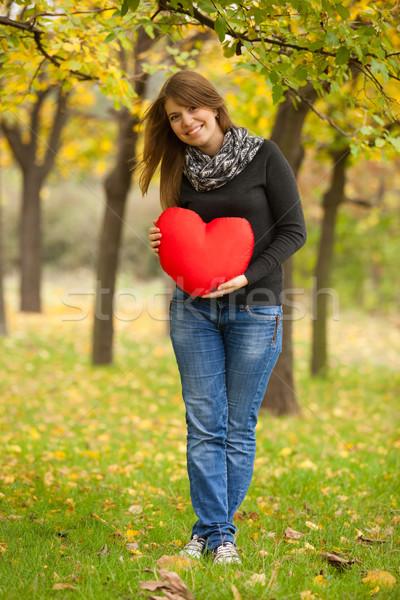 Meisje speelgoed hart najaar park vrouw Stockfoto © Massonforstock