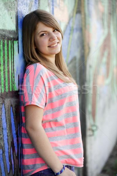 Estilo menina adolescente grafite parede menina cidade Foto stock © Massonforstock