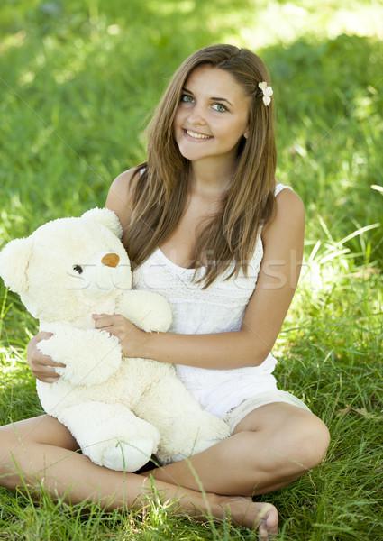 Mooie tienermeisje teddybeer park groen gras meisje Stockfoto © Massonforstock