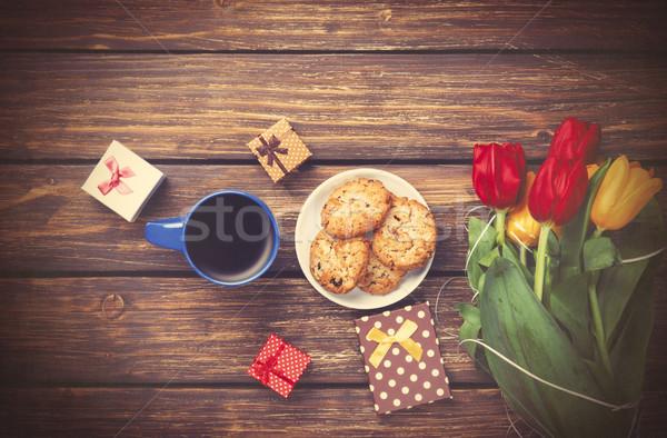 Beker koffie cookies geschenken tulpen houten tafel Stockfoto © Massonforstock