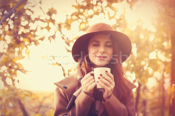 Mujer taza abrigo sombrero bufanda Foto stock © Massonforstock