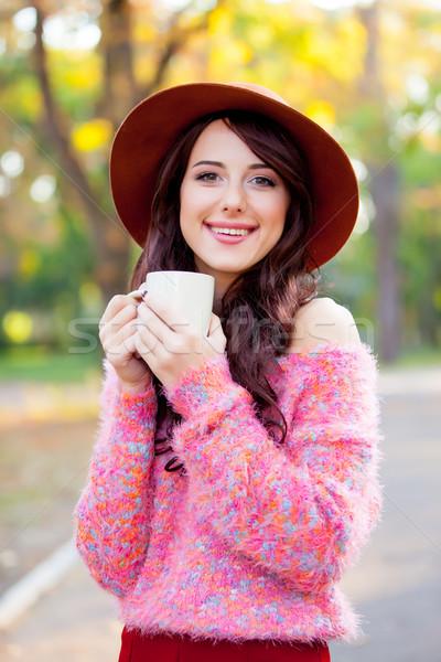 Foto mooie jonge vrouw beker koffie permanente Stockfoto © Massonforstock