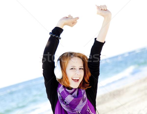 Portret meisje hoofdtelefoon strand zee jonge Stockfoto © Massonforstock