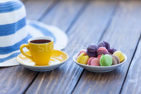Tasse café macarons chapeau vieux table en bois Photo stock © Massonforstock
