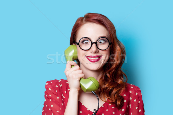 Foto stock: Nina · vestido · rojo · verde · marcar · teléfono · sonriendo