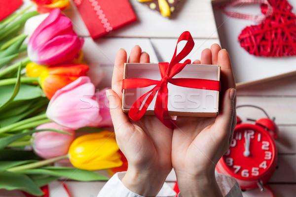 Stock fotó: Női · kezek · tart · ajándék · csomagolás · tulipán