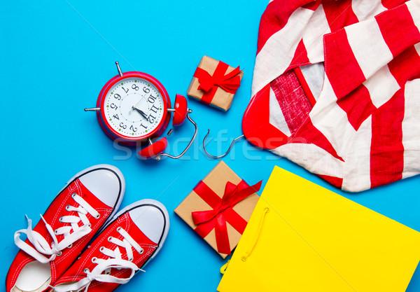 Nagy piros hideg bevásárlószatyor csíkos kabát Stock fotó © Massonforstock