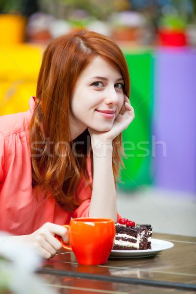 Foto belo mulher jovem alimentação bolo de chocolate potável Foto stock © Massonforstock