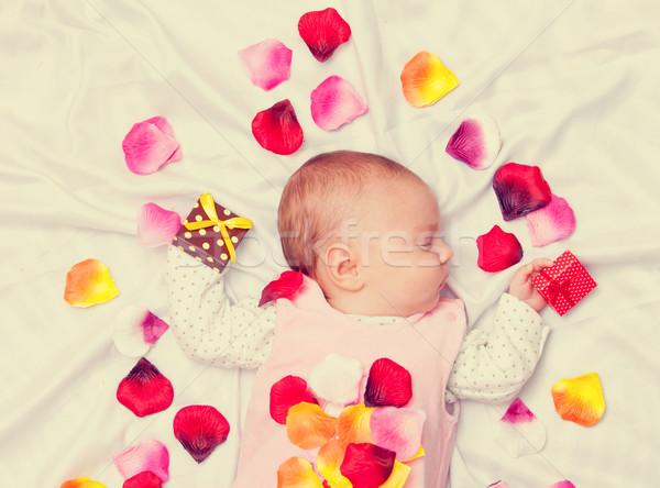 Pequeno bebê pétalas de rosa branco cara amor Foto stock © Massonforstock