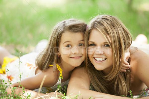 Dois irmãs parque crianças grama feliz Foto stock © Massonforstock