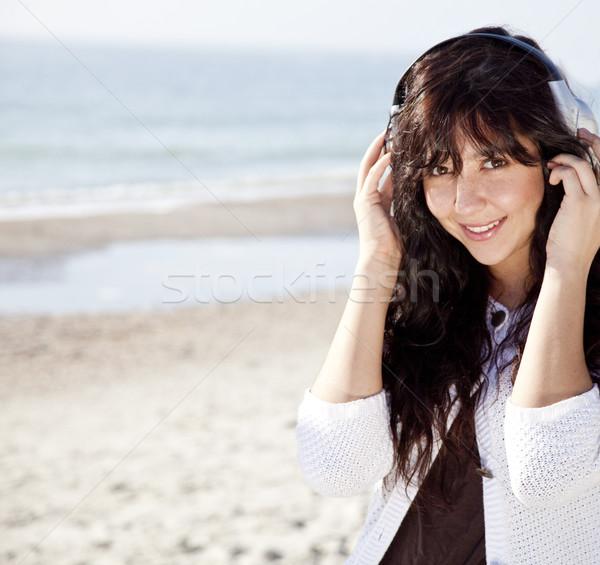 Stockfoto: Mooie · jonge · vrouw · hoofdtelefoon · strand · meisje · glimlach