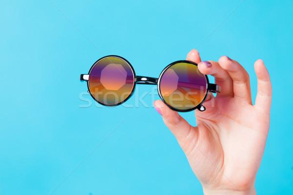 Foto femenino mano gafas de sol maravilloso Foto stock © Massonforstock