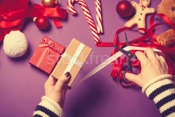 Stock fotó: Női · kezek · csomagolás · ajándék · karácsony · ibolya