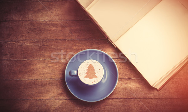 Foto stock: Copo · forma · coração · livro · mesa · de · madeira · café