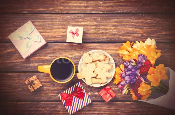 Beker koffie geschenk rond bloemen houten tafel Stockfoto © Massonforstock