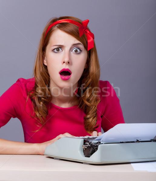 Foto belo jovem secretário máquina de escrever maravilha Foto stock © Massonforstock