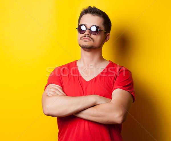 Jeunes Guy tshirt lunettes de soleil jaune mains Photo stock © Massonforstock