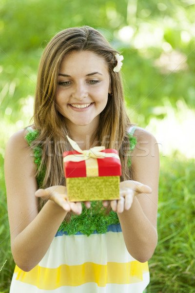 Piękna teen girl dar parku zielona trawa dziewczyna Zdjęcia stock © Massonforstock