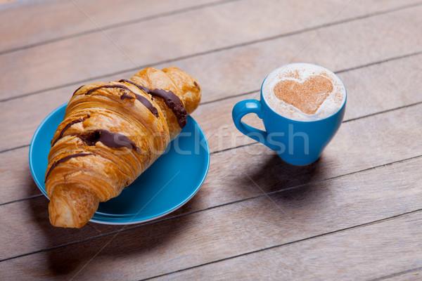 Foto delicioso fresco croissant copo café Foto stock © Massonforstock