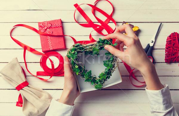 Stock fotó: Női · kezek · tart · ajándék · zöld · szív · alak