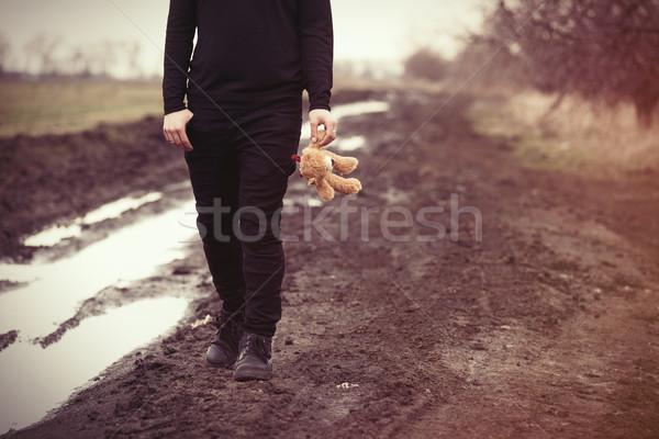 Foto d'archivio: Uomo · orsacchiotto · giocattolo · giovane · piedi · piccolo