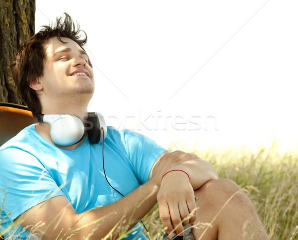 Stockfoto: Mannen · hoofdtelefoon · platteland · muziek · boom · voorjaar