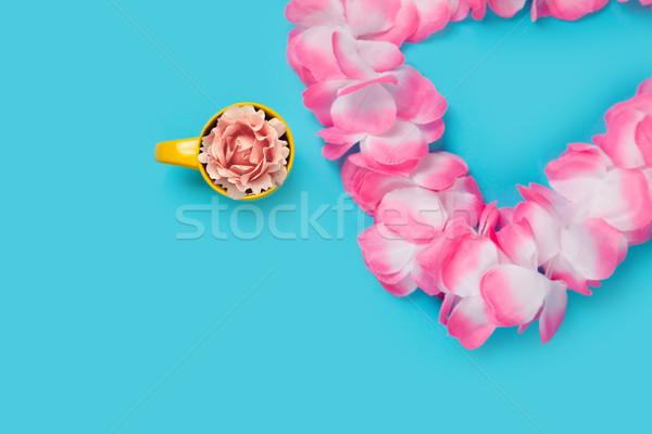 Gyönyörű rózsa citromsárga csésze csodálatos kék Stock fotó © Massonforstock