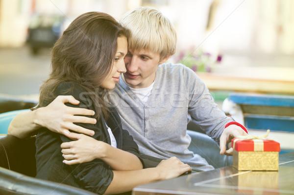 Junger Mann Geschenk junge Mädchen Kaffeehaus Liebe Paar Stock foto © Massonforstock