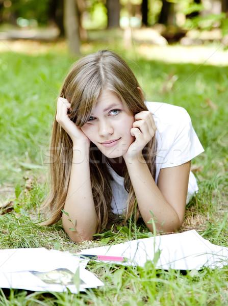 Blond meisje huiswerk park boom gras Stockfoto © Massonforstock