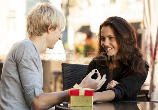 Junger Mann Geschenk junge Mädchen Kaffeehaus Mann teen Stock foto © Massonforstock