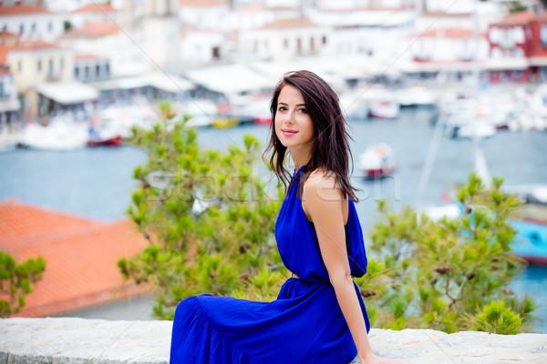 Fotografia piękna młoda kobieta posiedzenia schody portu Zdjęcia stock © Massonforstock
