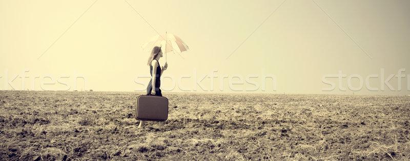 Stockfoto: Meisje · paraplu · winderig · veld · foto