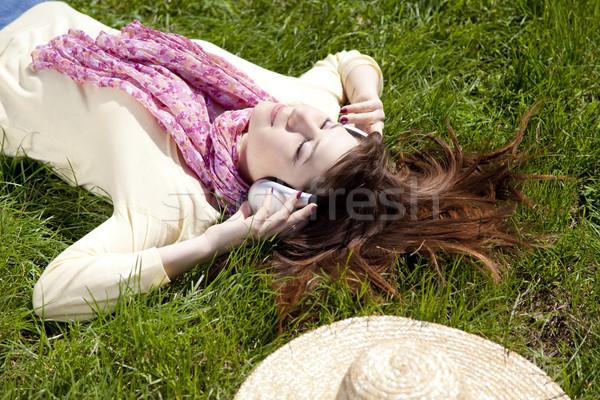 Morena nina auriculares mentiras parque música Foto stock © Massonforstock