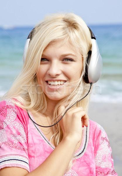 Giovani ragazza cuffie spiaggia musica Foto d'archivio © Massonforstock