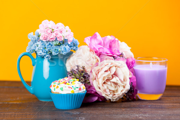 Photo savoureux donut merveilleux fleurs vase Photo stock © Massonforstock