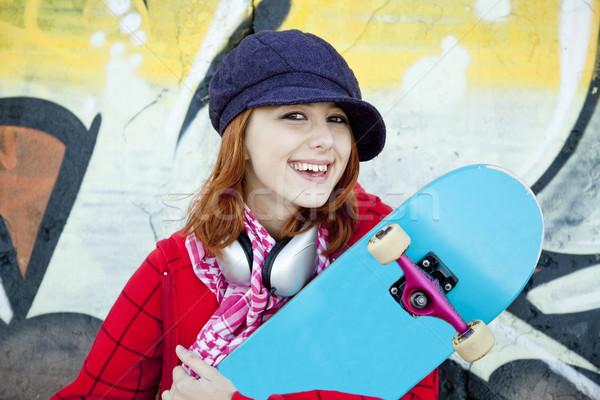 Stockfoto: Portret · gelukkig · jong · meisje · skateboard · graffiti