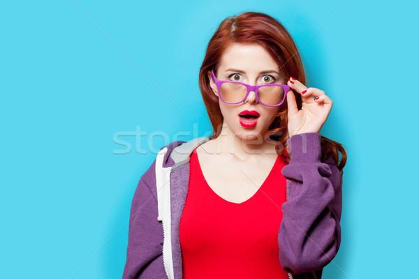 Foto belo surpreendido mulher jovem em pé maravilhoso Foto stock © Massonforstock