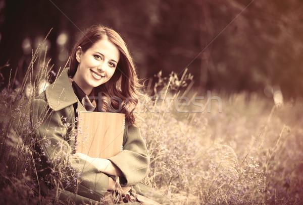 Dziewczyna Uwaga zewnątrz drzewo trawy Zdjęcia stock © Massonforstock