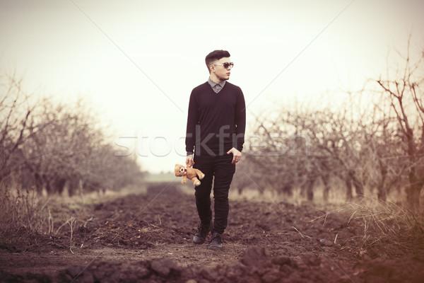 Uomo orsacchiotto giocattolo giovane piccolo outdoor Foto d'archivio © Massonforstock