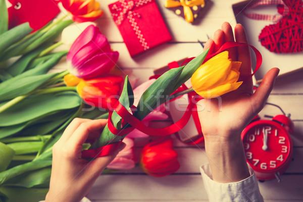 Stock fotó: Női · kezek · tart · tulipán · virág · csomagolás