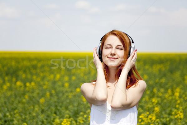 Stock fotó: Vörös · hajú · nő · lány · fejhallgató · mező · zene · mosoly
