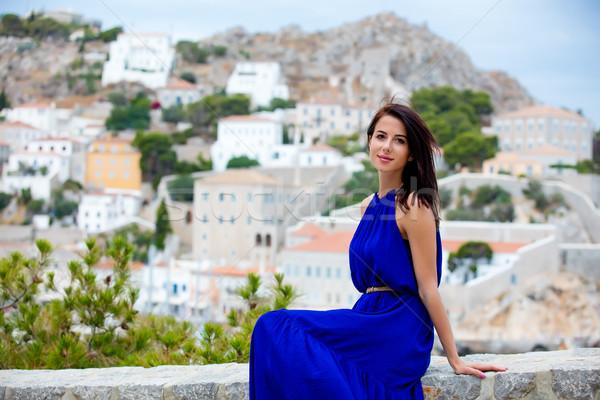Fotografia piękna młoda kobieta posiedzenia schody miasta Zdjęcia stock © Massonforstock