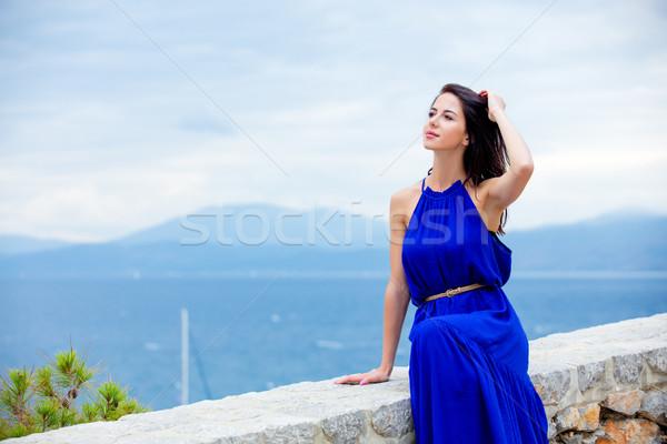 Fotografia piękna młoda kobieta posiedzenia schody Grecja Zdjęcia stock © Massonforstock