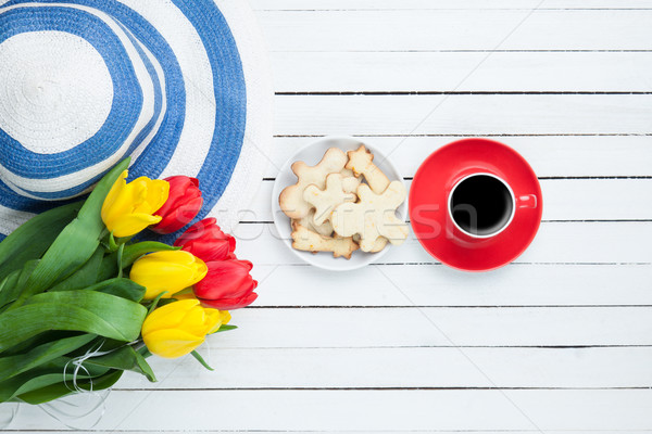 Beker koffie hoed tulpen witte houten tafel Stockfoto © Massonforstock