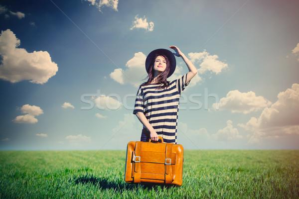 Piękna młoda kobieta brązowy walizkę stałego zastanawiać się Zdjęcia stock © Massonforstock