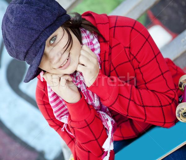 Foto stock: Retrato · feliz · jovem · andar · de · skate · grafite