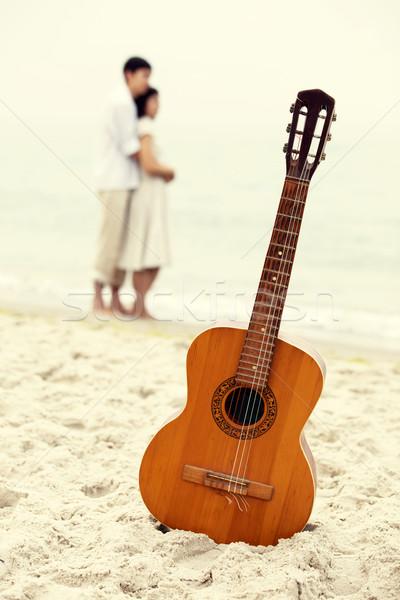 Foto d'archivio: Coppia · bacio · spiaggia · chitarra · musica · sorriso