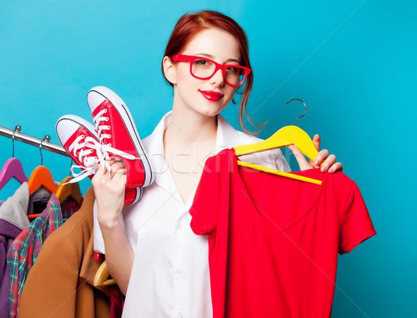 Fotografia piękna młoda kobieta shirt wieszak ubrania Zdjęcia stock © Massonforstock