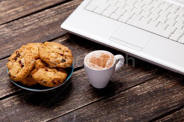 Foto plaat vol cookies laptop beker Stockfoto © Massonforstock
